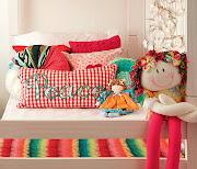 Um quarto pequeno para um casal de crianças.