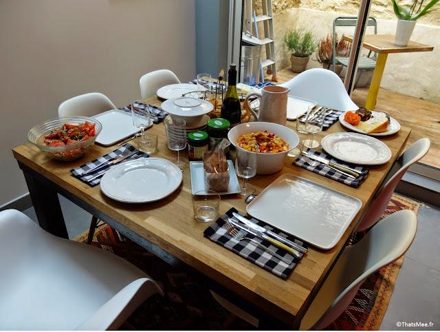 table sur-mesure vaisselle blanche