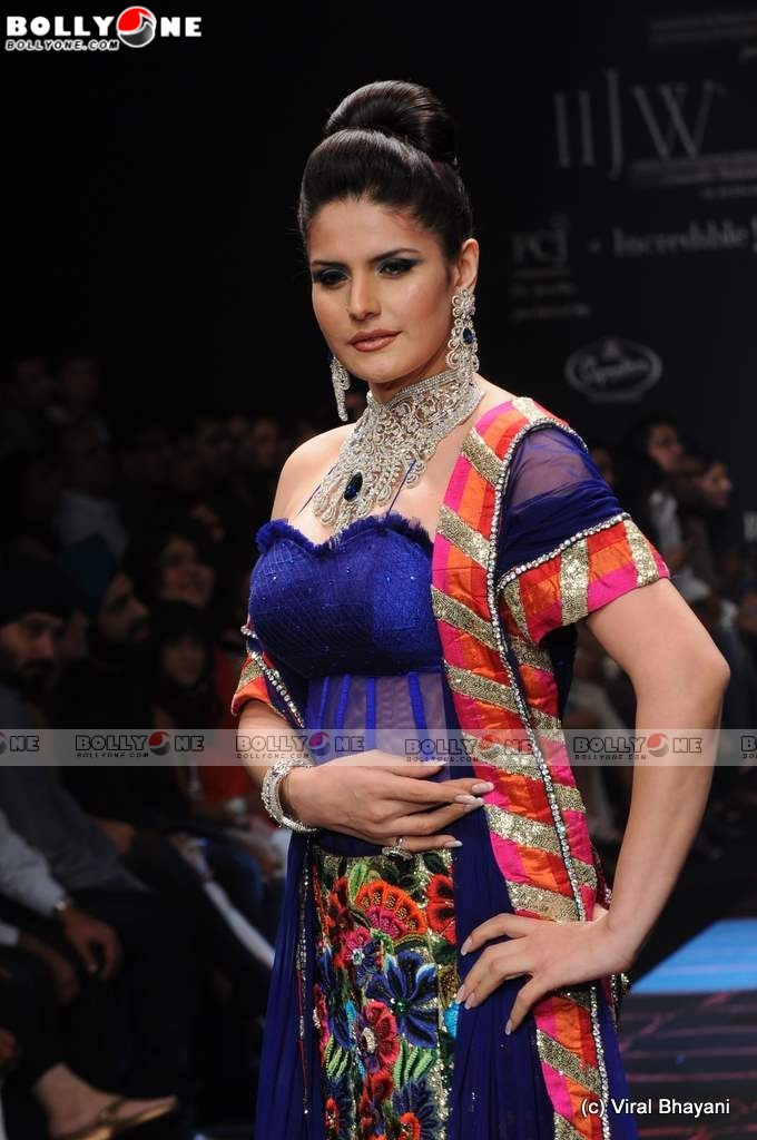 Zarine Khan IIJW 2011 Ramp Walk Pics