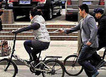 Hongbo menggunakan penyepit untuk mencuri.