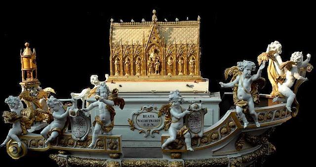 Carro de Ouro com o relicário da Santa. É levado em procissão pelas ruas de Mons.