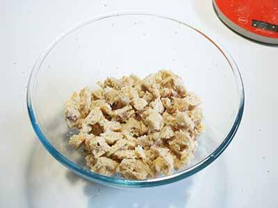 Unite le mandorle (o i pinoli) e l'uvetta precedentemente ammollata.
