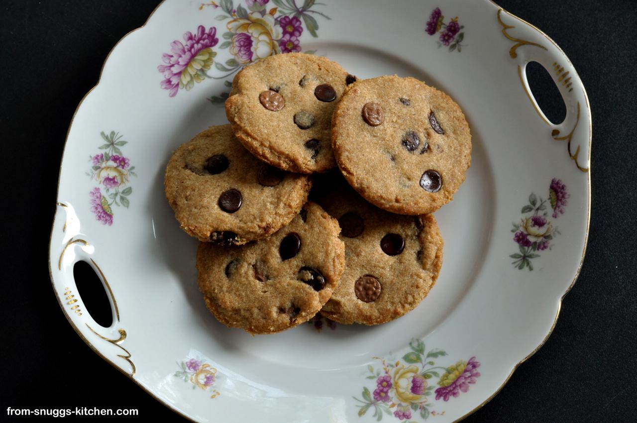 Ein Teller auf Reisen mit Chocolate Chip Cookies