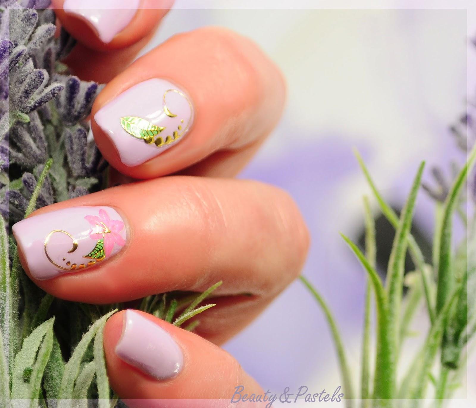 Naildesign Flieder mit Blumen