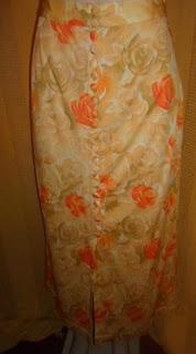 saia  estampa floral gema com 22 botões forrados forro em cetim e abertura na frente  muito sexy.