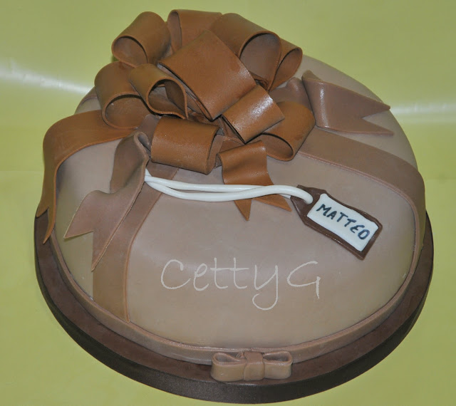 Le torte decorate di Cetty G: Pacco regalo con fiocco ...
