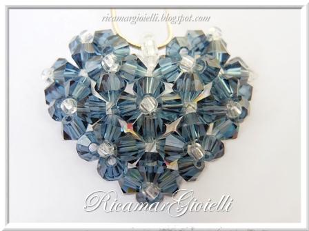 Ciondolo cuore tridimensionale realizzato con bicono 4mm, mezzicristalli 4mm e perline