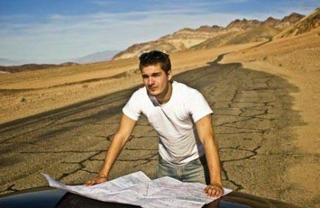 رجل شاب يقرأ خريطة رحلة برية طريق صحراوى مسافر السفر الطريق - man read map road trip