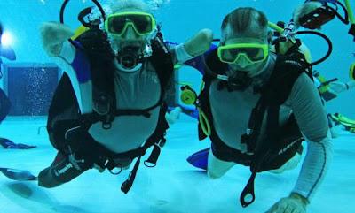 Gambar menunjukkan Croizon memakai sirip renang. Croizon (kiri) menyelam di dalam kolam renang paling dalam di dunia di Brussels kelmarin.