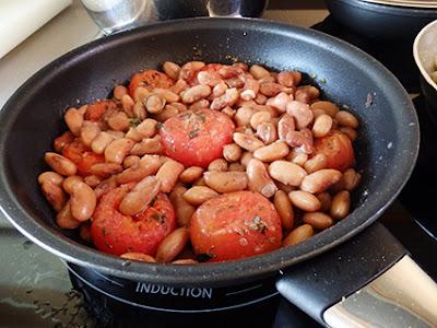 Alubias con tomates y albahaca