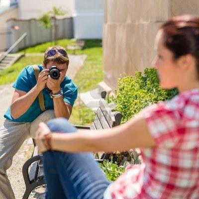 man-taking-picture-of-a-woman - كيف تصبحين جميلة فى الصور الفوتوغرافية وفى عيون كاميرات التصوير