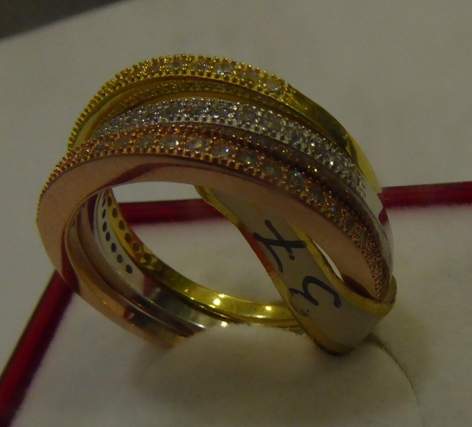 Sortija de plata dorada, rosa y blanca.