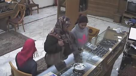 بالفيديو.. لحظة سرقة فتاة وشقيقتها محل ذهب بالإسكندرية