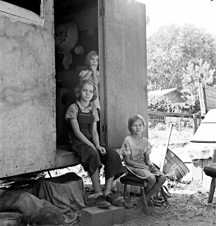 http://3.bp.blogspot.com/-KxblNMGHh6o/T5XP5ggaCPI/AAAAAAAACKY/0nwOX8dbPbE/s320/Dorothea+Lange+-+The+oldest+girl+seated+in+the+doorway+of+the+house+trailer+cares+for+the+family.+Yakima+Valley%252C+Washington%252C+1939.jpg