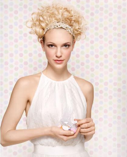 булчинска прическа с диадема за къдрава коса