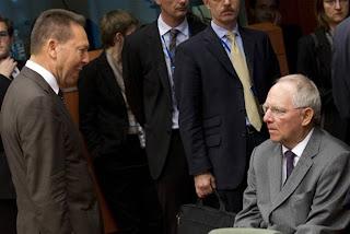 Ο Στουρνάρας πολύ φοβάμαι ότι θα διαπιστώσει πολύ σύντομα ότι δεν αρκούν τα συγχαρητήρια του Σόιμπλε ώστε να πετύχει η «ιεραποστολή» του. Ο Γερμανός υπουργός Οικονομικών με το ένστικτο επιβίωσης που τον χαρακτηρίζει τρέμει στην ιδέα ότι θα εκραγεί η Ελλάδα πριν το Φθινόπωρο του 2013