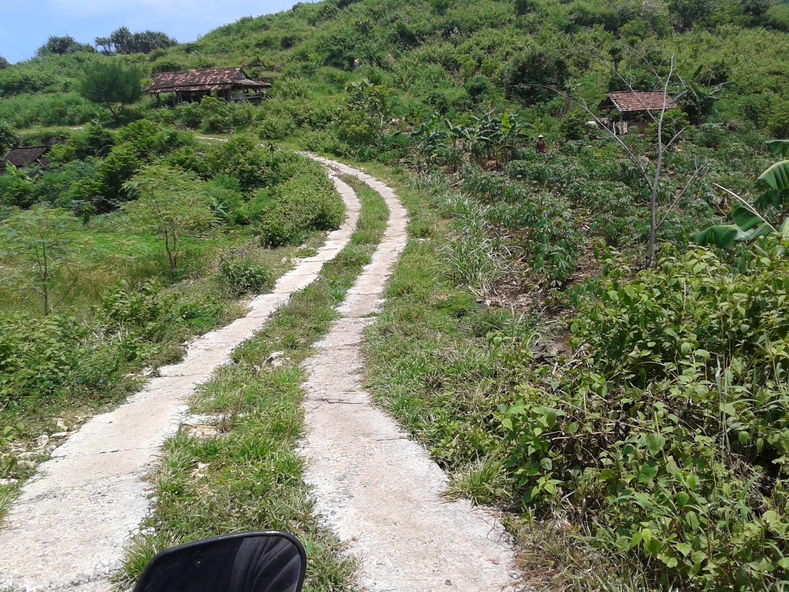 Akses jalanan menuju pantai Timang
