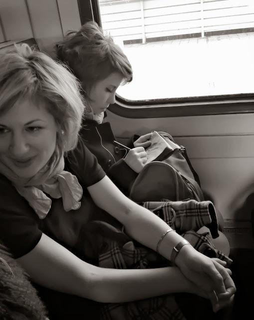 And that's how it were / И как это было... - Girl's drawing in a suburban train / Девочка рисует в электричке - утро на работу на учебу в институт москва подмосковье вокзал поезд электричка девушка девочка художник плеер плейер музыка наушники mp3 morning suburban train work univercity artist girl student moscow player music headphones