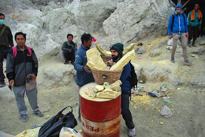 Turista cargando azufre