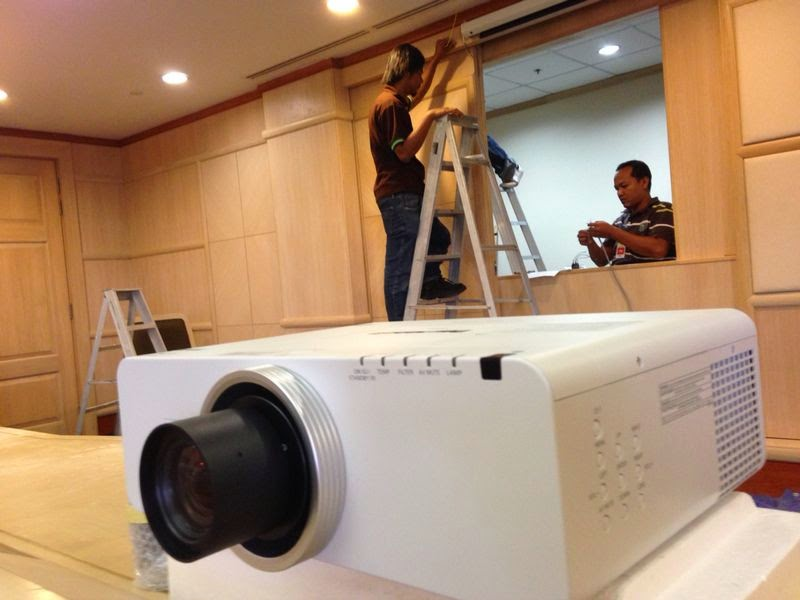 INSTALLATION LCD PROJECTOR