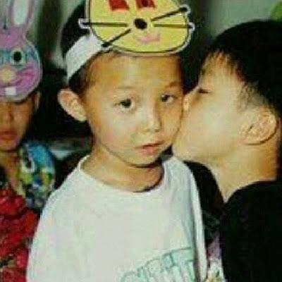 Foto Kecil G-Dragon Dicium