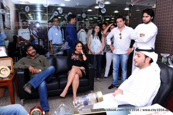 http://3.bp.blogspot.com/-KytUMmLC_ZY/UhNSUCicd3I/AAAAAAABgkY/z4XVtki0t30/s1600/Kareena%252C+Ajay+Devgn+and+Prakash+promote+Satyagraha+in+Dubai+%252810%2529.jpg