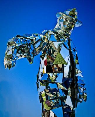 original صور رجل يرتدي بذلة من مئات المرايا