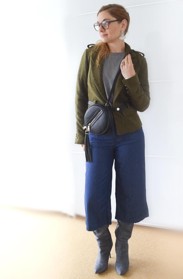 blaue jeansculottes mit grauem pullover und gr ner wolljacke outfit die edelfabrik der. Black Bedroom Furniture Sets. Home Design Ideas