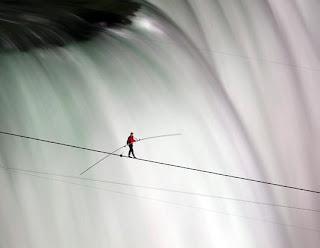 Kayu panjang yang dibawa pemain akrobat memperbesar momen inersianya sehingga ia dapat menyeimbangkan tubuhnya saat berjalan menyusuri tali.