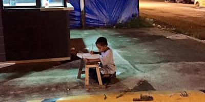 Belajar Dengan Lampu McDonald, Bocah Ini Bikin Haru Semua Orang