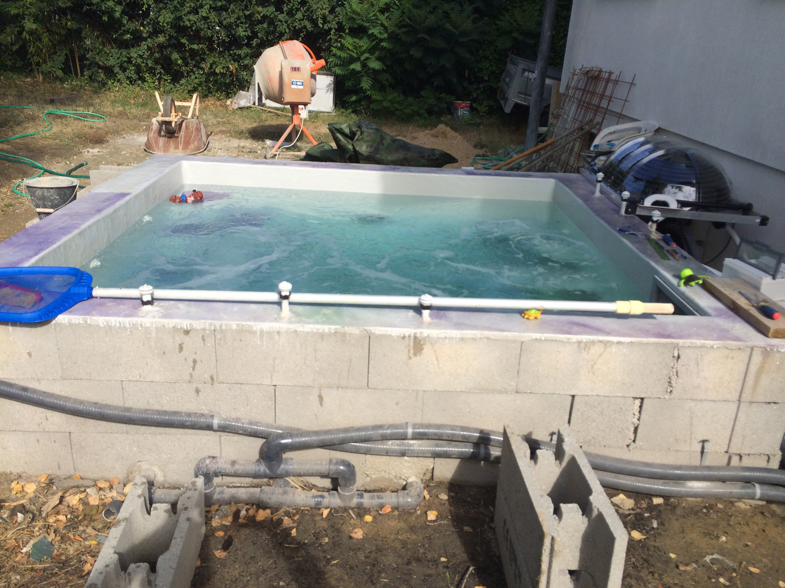 Construction d 39 une petite piscine en b ton quip e spa for Ab construction piscine