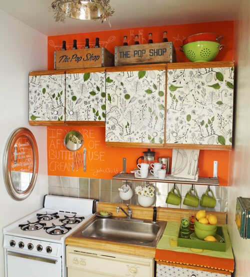 Original cocina con pared de pizarra