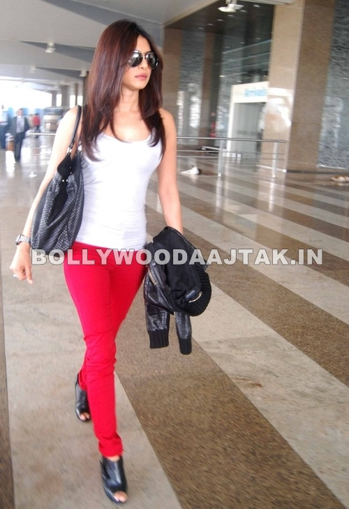 Priyanka Chopra at Airport1 - Hot Priyanka Chopra snapped at Mumbai Airport