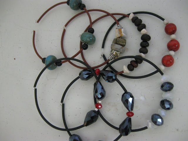 crafty jewelry: 5 minute memory wire bracelets