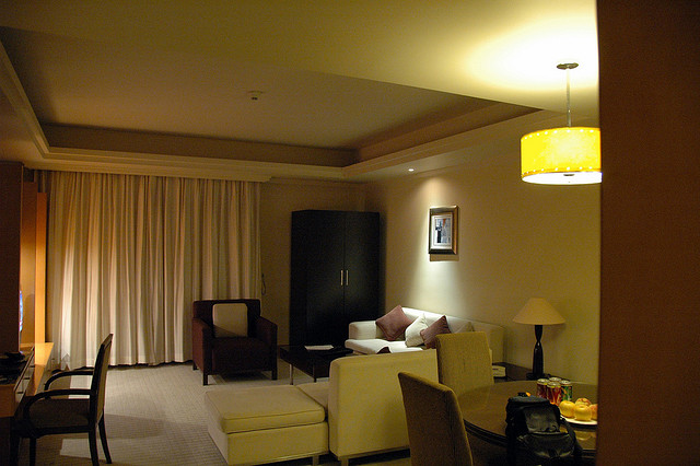 Design style guide interior design tips to make the most for Small hotel room
