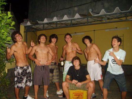 Fotos do ator Caio Castro tomando umas com Amigos nu quase pelado em