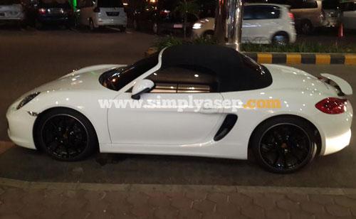 KEREN:   Memang keren sekali Porsche mewah ini. Foto Asep Haryono