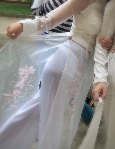 Nữ sinh với áo dài mỏng nhìn rõ đồ lót 23