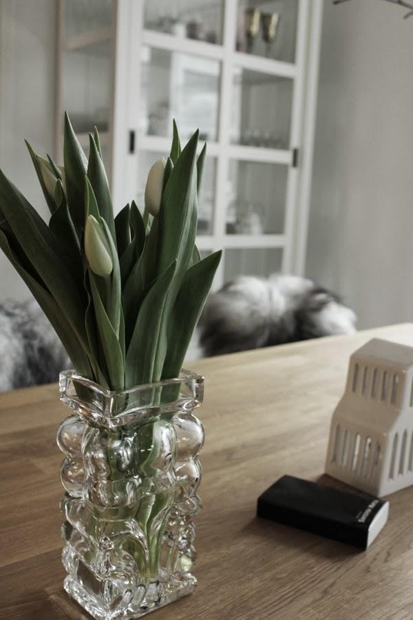 tulpaner, vita blommor, matbord, kähler ljuslykta