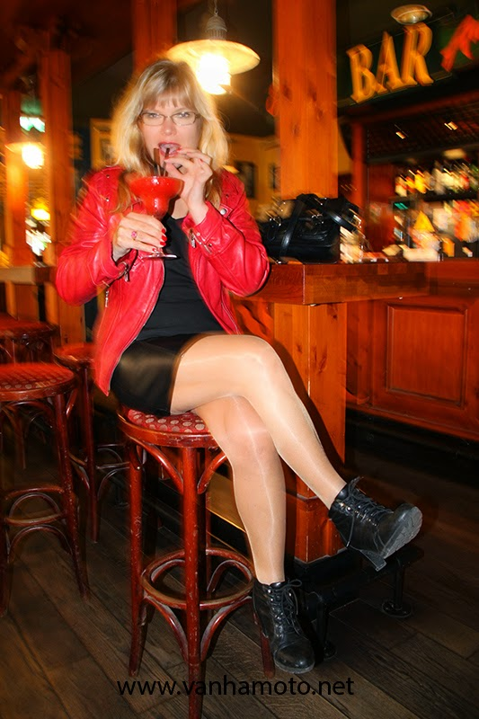 punainen nahkatakki, musta nahkahame, stay up - red leather jacket, black leather skirt, stay ups, no pants