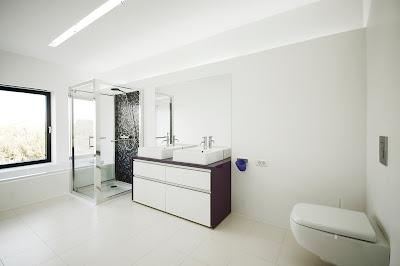 kamar mandi rumah minimalis hitam putih