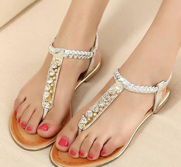 Beyaz zarif bir sandalet