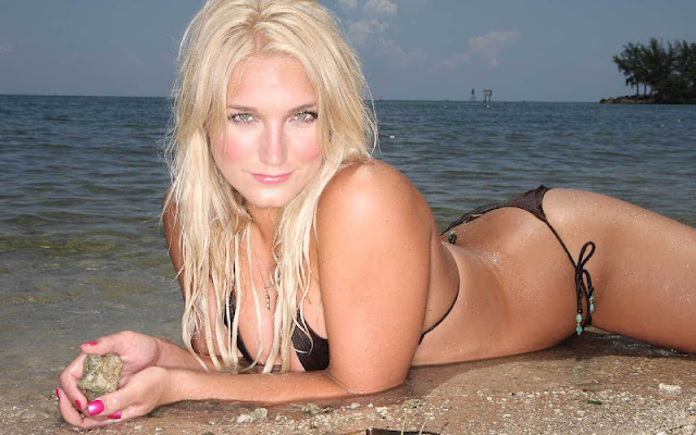 Brooke Hogan sexy in bikini