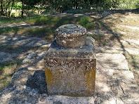Detall del pedestal que es conserva de l'antiga Creu de Terme de Merola