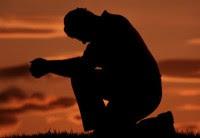 Orando en un descanso en el camino