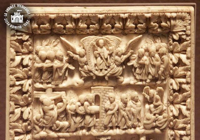 PARIS (75) - Musée du Louvre : Plaque de reliure en ivoire du IXe siècle