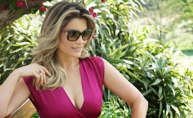 A atriz não economizou no decote na hora de ser fotografada e usou um vestido rosa que destacou suas formas