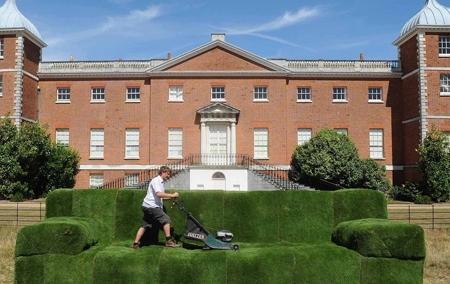 Inghilterra invasa da enormi divani in erba tino mariani for Nuovi piani casa in inghilterra
