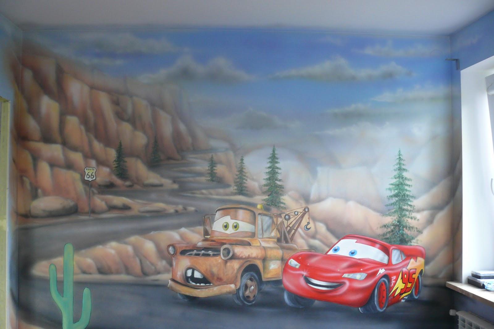 Malowanie aut na ścianie w pokoju chłopca, grafika ścienna przedstawiająca bohaterów z bajki auta