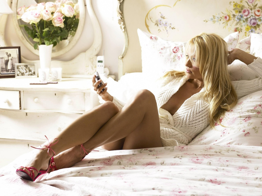 Sexy pamela anderson in bed wallpaper beautiful for Hot bedroom photos